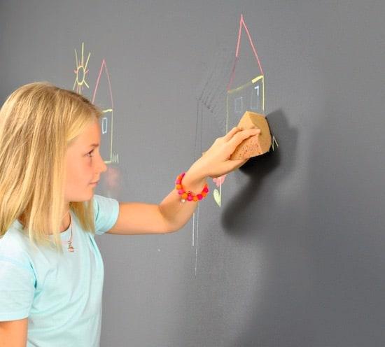 Een muur met schoolbordbehanf- of verf kan ook op je balkon!